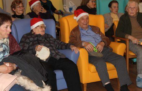 Residentes disfrutando de actuación navideña