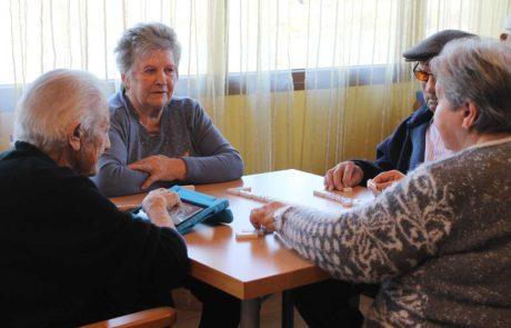 Mayores jugando al dominó y la tablet