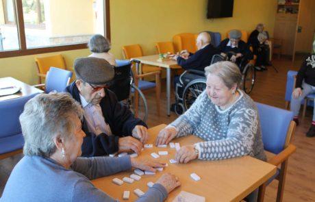 Mayores jugando al dominó