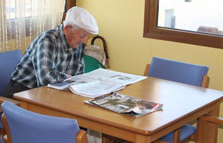 Mayor leyendo el periódico