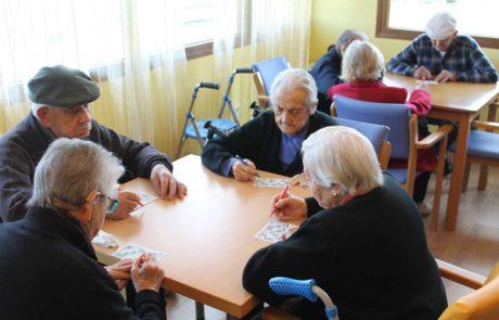 Mayores jugando al bingo
