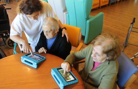Mayores aprendiendo con la tablet